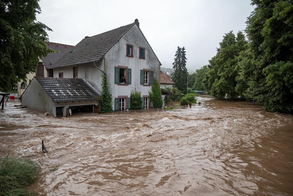 Casas submersas pelas águas de rio que transbordou em Erdorf, na Alemanha, em 15 de julho de 2021. Chuvas contínuas inundaram várias vilas no sudoeste do país. — Foto: Harald Tittel/DPA via AP