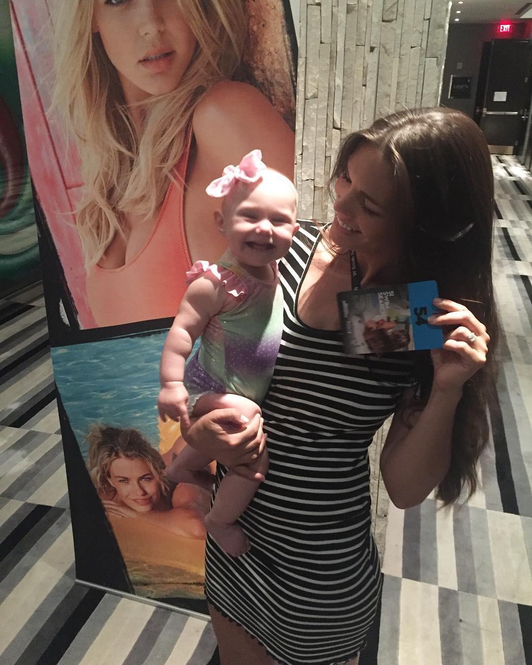 Modelo Mara Martin e sua filha de 5 meses Aria (Foto: Reprodução / Instagram)