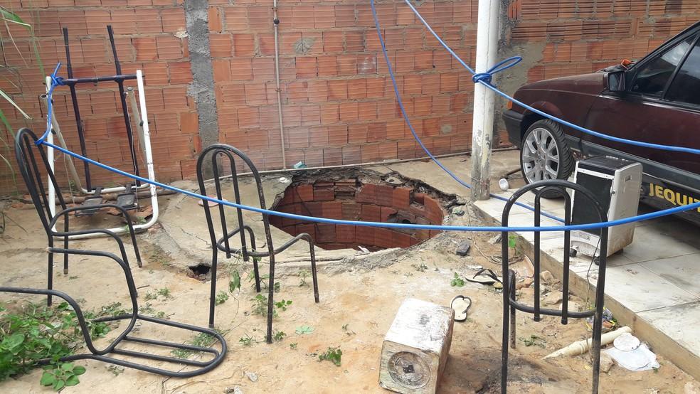 Criança caiu em uma fossa de aproximadamente cinco metros, em Januária (Foto: Corpo de Bombeiros/Divulgação)