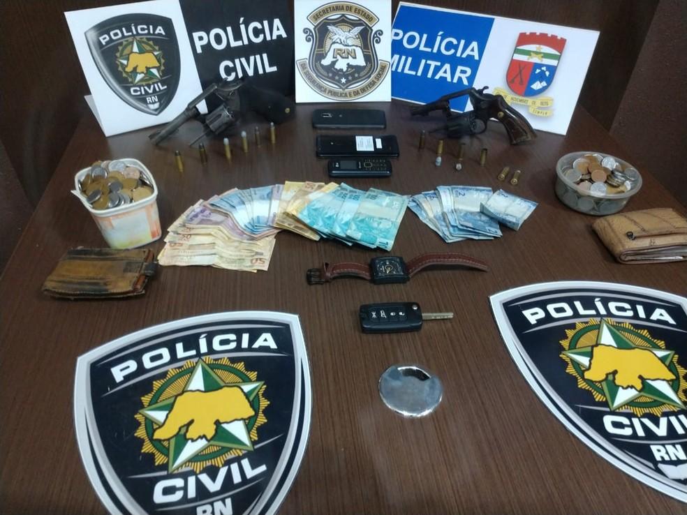Dinheiro recuperado e armas apreendidas em Macaíba  — Foto: Polícia Civil do RN