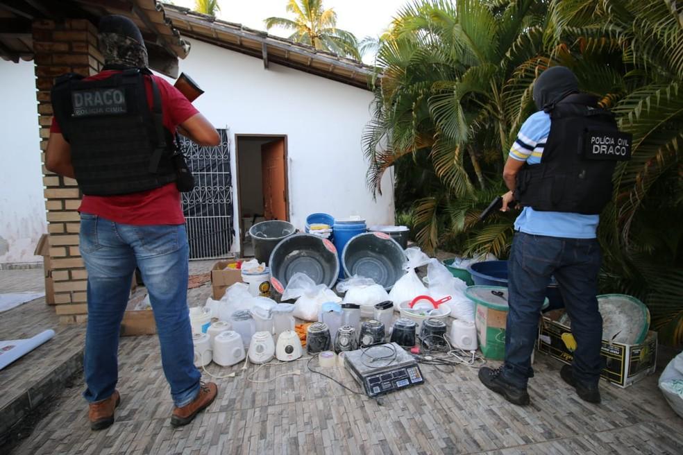 Meia tonelada de cocaína é encontrada pela polícia na Bahia e laboratório de refino é desativado — Foto: SSP-BA / Divulgação