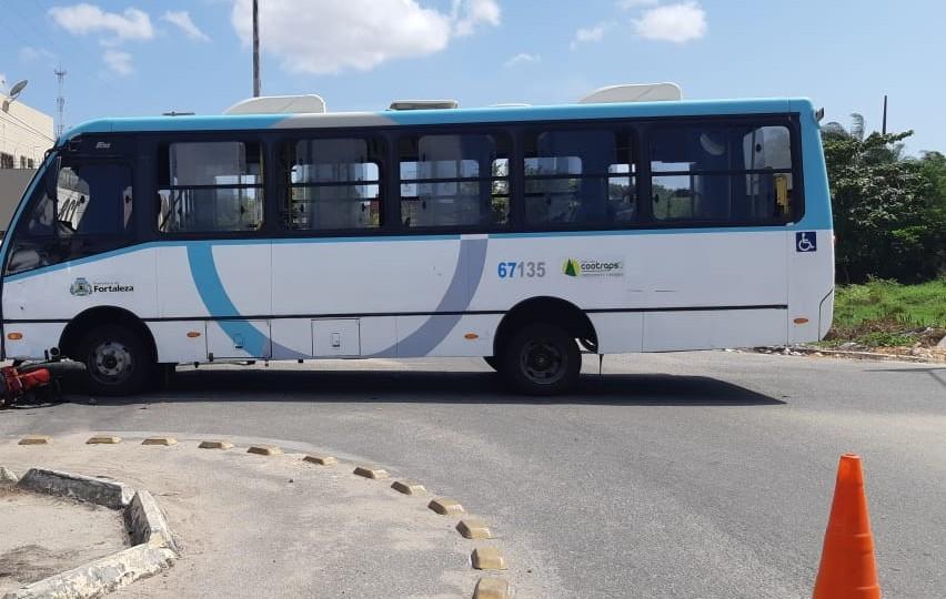 Cozinheiro morre após colisão entre motocicleta e micro-ônibus no Bairro José Walter, em Fortaleza