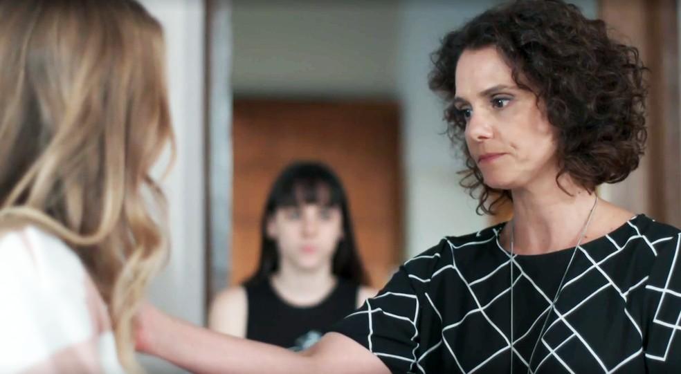 Marta (Malu Galli) fica chocada com marcas no corpo de Clara (Isabella Scherer) em 'Malhação - Viva a Diferença' — Foto: Globo
