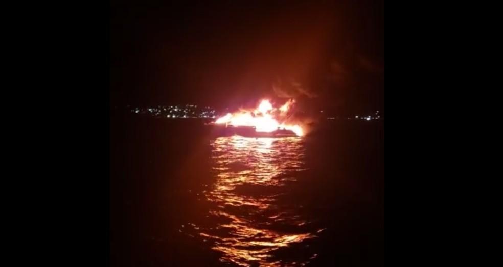 Uma lancha pegou fogo na noite desta sexta-feira (31), na Ilha de Itaparica — Foto: Redes Sociais