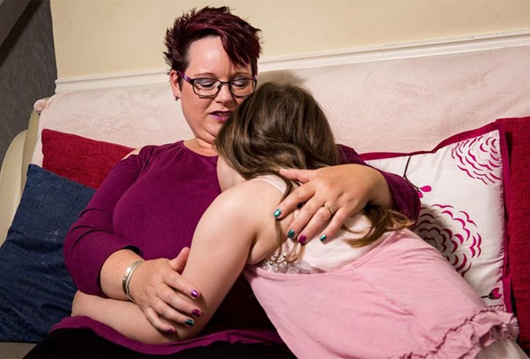 Mãe amamenta filha até quase 10 anos (Foto: Reprodução Facebook)