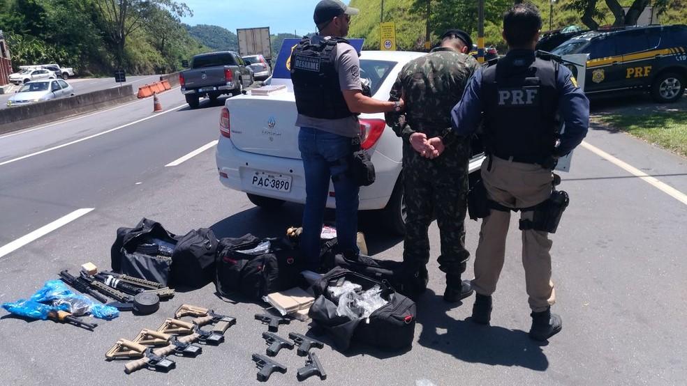 Homem foi preso na Via Dutra com farda do Exército (Foto: Divulgação/ PRF)