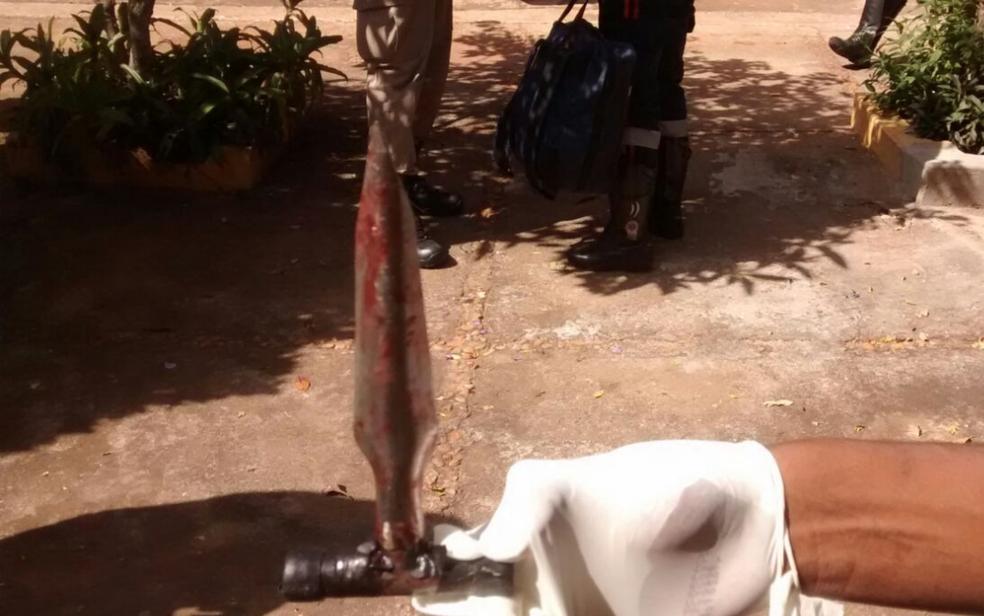 Perfurador de coco que, segundo a Polícia Militar, foi usado por suspeito para matar jovem que se negou a fazer sexo com ele, em Goiânia (Foto: Reprodução/TV Anhanguera)