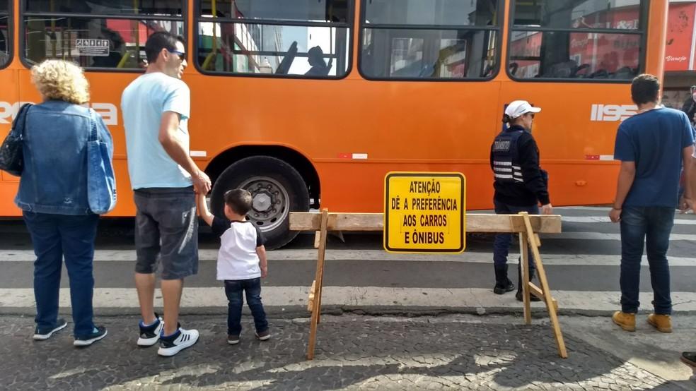 Placa instalada no centro de Ponta Grossa pede que pedestre 'dê a preferência aos carros e ônibus' (Foto: Vanessa Rumor/RPC Ponta Grossa)