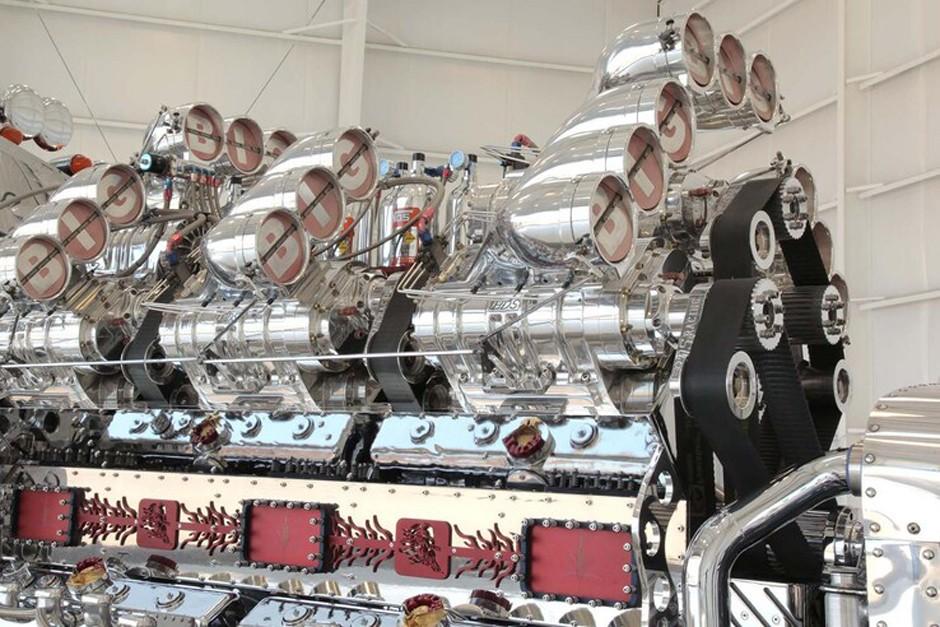 O enorme motor tem 24 litros de capacidade cúbica (Foto: Reprodução)