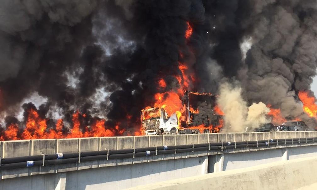 Veículos pegam fogo em acidente com mortes na Carvalho (Foto: Divulgação/ Corpo de Bombeiros)