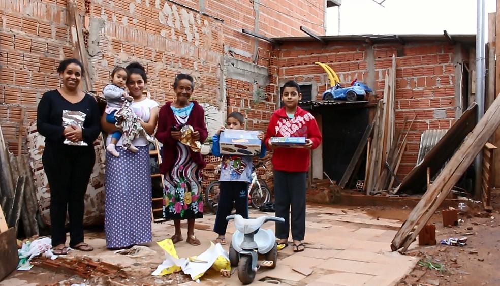Família ganhou presentes e ceia de Natal em São Carlos (Foto: Rodrigo Sargaço/EPTV)