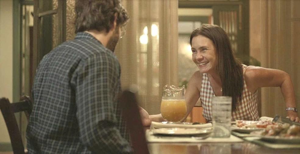 Thelma (Adriana Esteves) não disfarça a felicidade ao saber que Danilo (Chay Suede) vai voltar a trabalhar com ela  — Foto: Globo