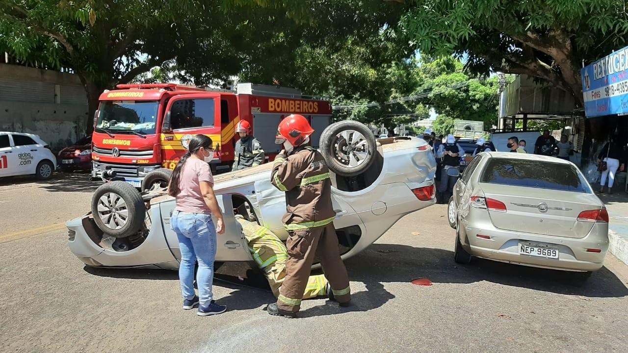 Carro capota após motorista avançar via preferencial em cruzamento no Centro de Macapá