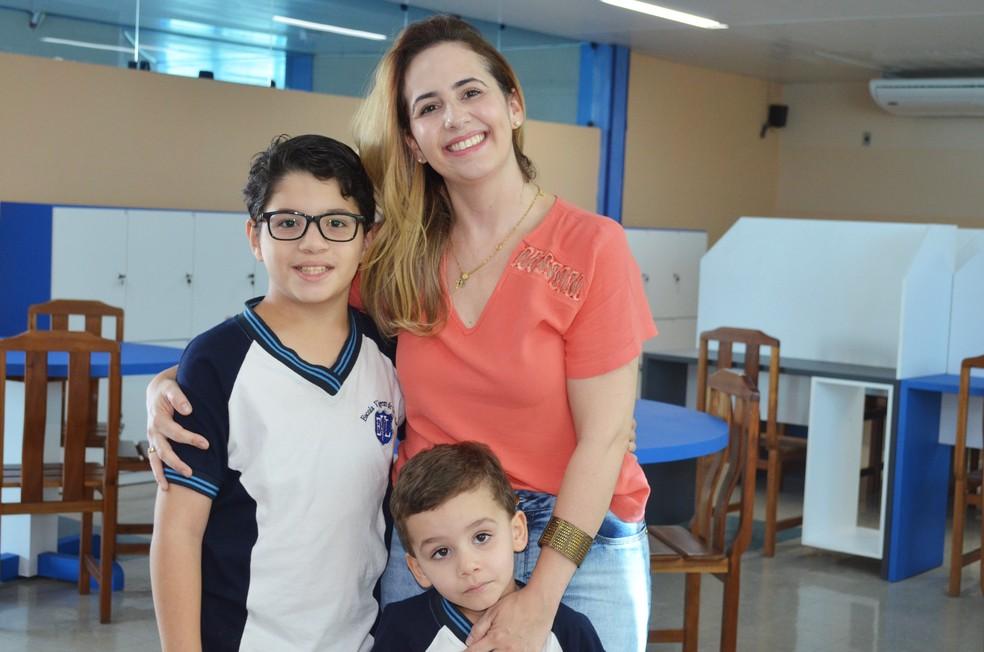 Marília Ramos com os filhos Paulo e Pedro, na Escola Virgem de Lurdes, em Campina Grande — Foto: Érica Ribeiro/G1