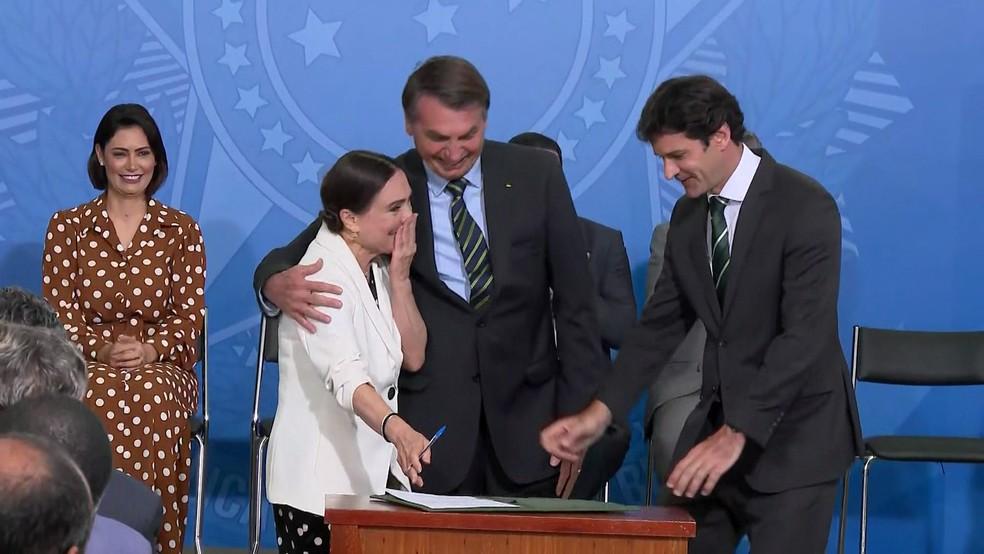 Regina Duarte assinou o termo de posse ao lado do presidente Jair Bolsonaro e do ministro do Turismo, Marcelo Álvaro Antônio — Foto: Reprodução/GloboNews