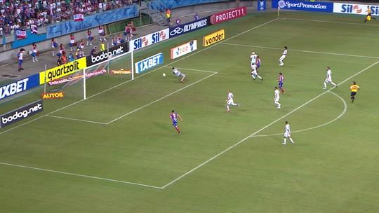 Rogério chuta para o gol e Vladimir volta a fazer grande defesa, aos 28' do 1º tempo