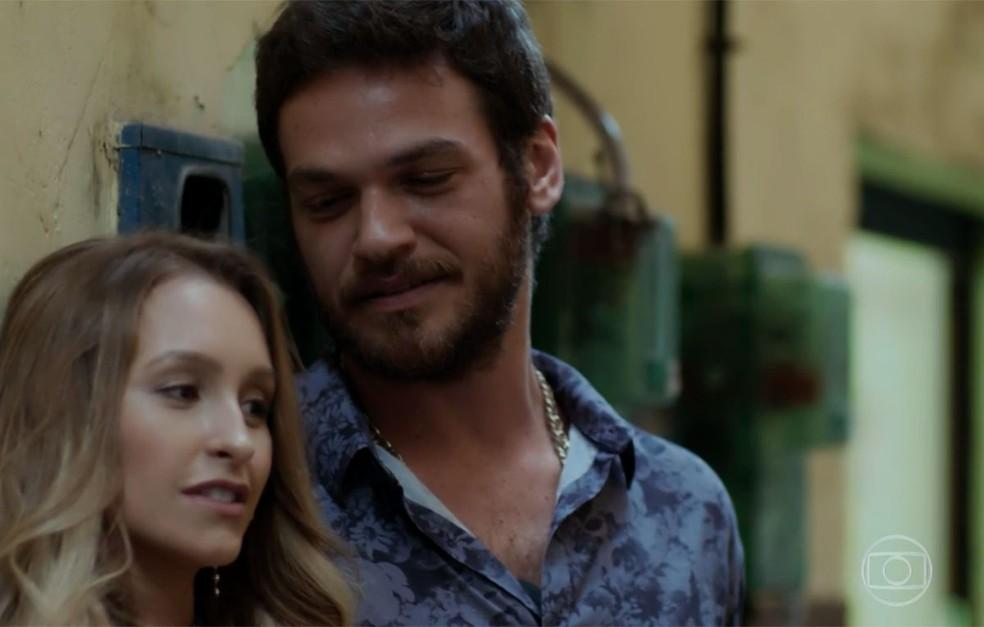 Em 'A Força do Querer', Rubinho (Emilio Dantas) promete largar Bibi (Juliana Paes) para ficar com Carine (Carla Diaz) — Foto: Globo