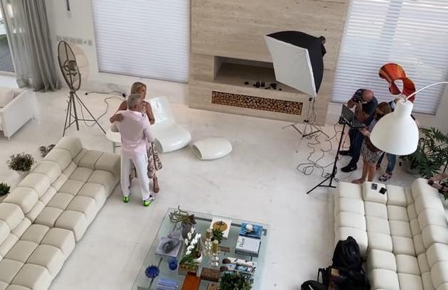 No ensaio, Ana mostrou diversos cômodos da casa, como a sala, que já chamou a atenção dos fãs na internet pelo tamanho (Foto: Reprodução)