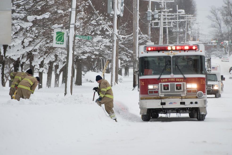 Bombeiros ajudam a retirar neve em Erie, Pensilvânia, nos EUA. (Foto: REUTERS/Robert Frank)