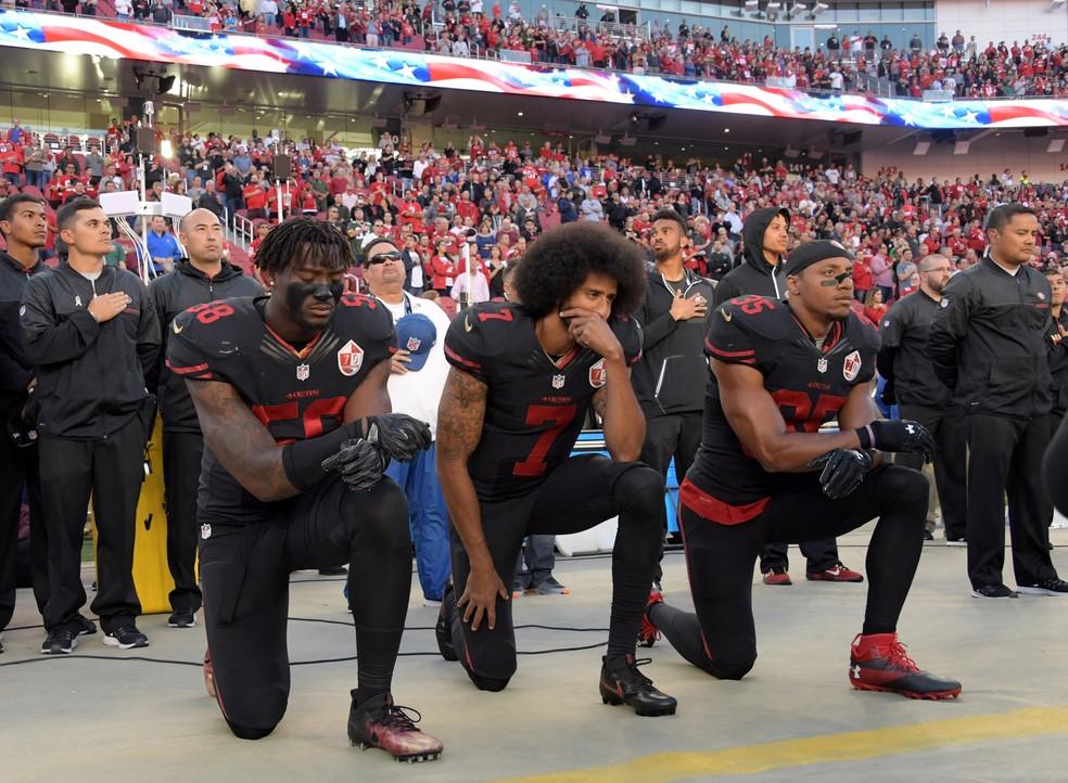 Harold, Kaepernick e Reid se ajoelham em protesto durante o jogo do hino nacional antes de um jogo da NFL  — Foto: Reuters