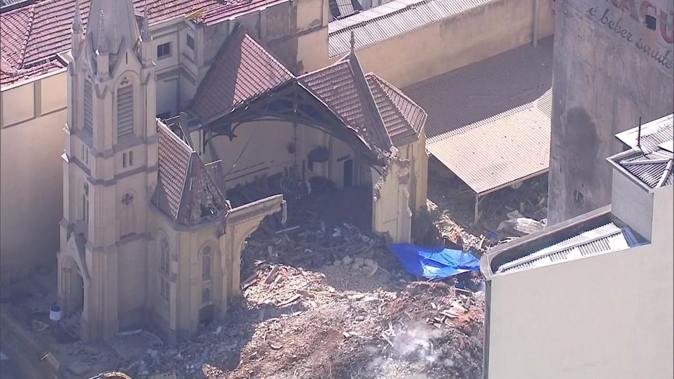 Buscas dos Bombeiros se concentram perto de parede de Igreja Luterana atingida no desabamento do prédio (Foto: TV Globo/Reprodução)