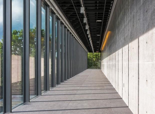 Um corredor de concreto é iluminado por janelas de vidro (Foto: Jeff Goldberg/ Reprodução)