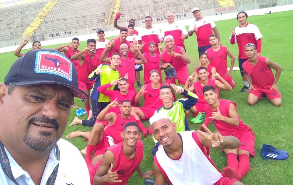 Cezar Wellington ao lado dos jogadores do Confiança-PB — Foto: Arquivo Pessoal