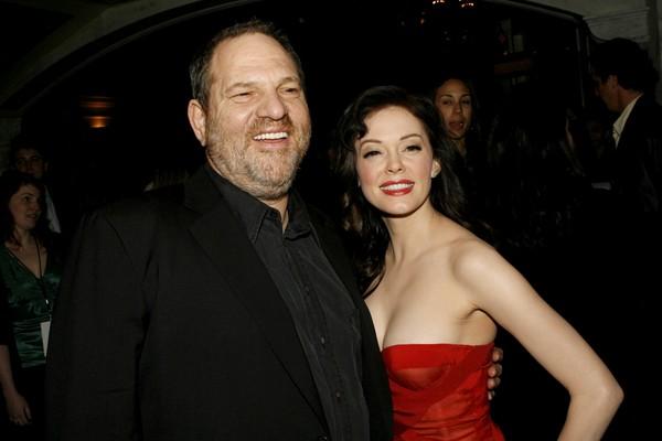 Harvey Weinstein e a atriz Rose McGowan, uma das vítimas de assédio do produtor (Foto: Getty Images)