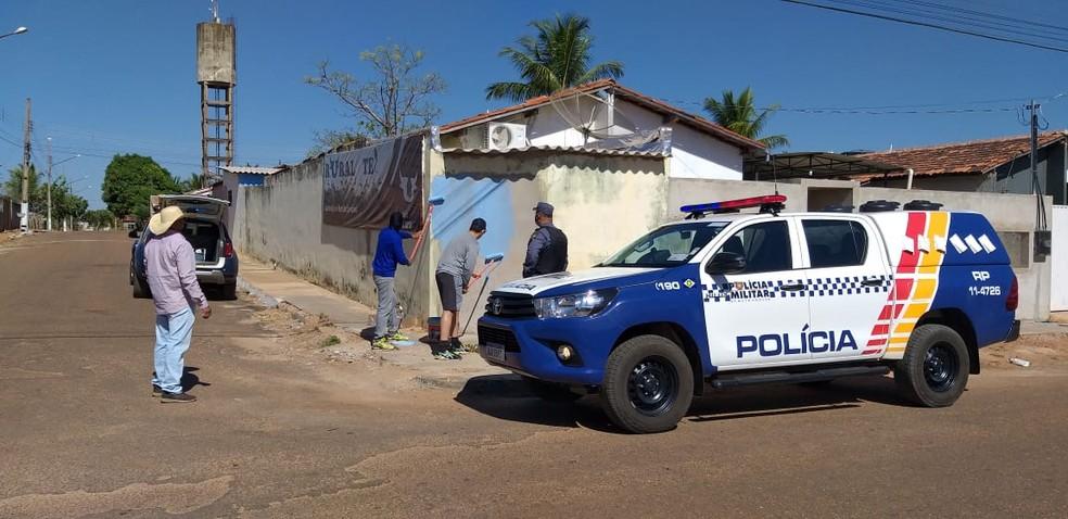 Siglas de facções e frases com apologia ao crime foram apagadas — Foto: PM-MT