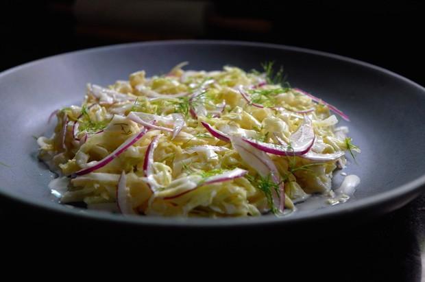 A salada coleslaw com abacaxi e erva-doce (Foto: André Lima de Luca)