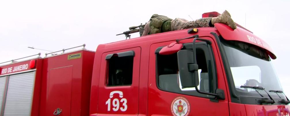 Atirador de elite sobre caminhão do Corpo de Bombeiros mira ônibus na Ponte Rio-Niterói — Foto: Flávio Capitoni/ TV Globo