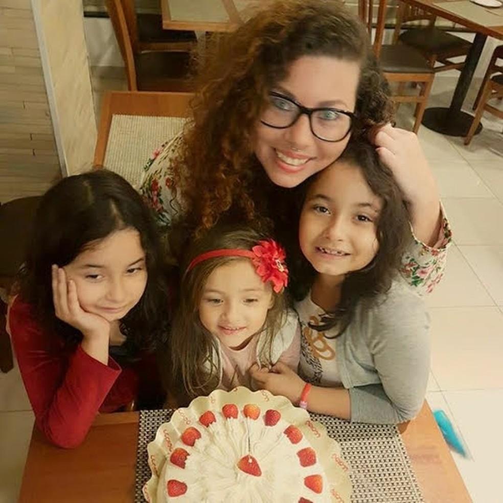 Mithaly Salgado, criadora do 'Mães da UFRJ', em aniversário de uma das três filhas. — Foto: Reprodução