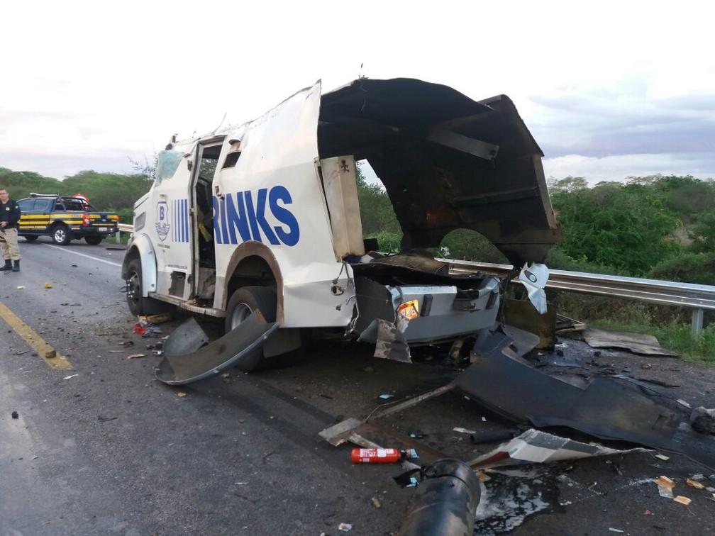Carro-forte explodido por bandidos em Inhapi, no interior de Alagoas (Foto: Divulgação/PRF)