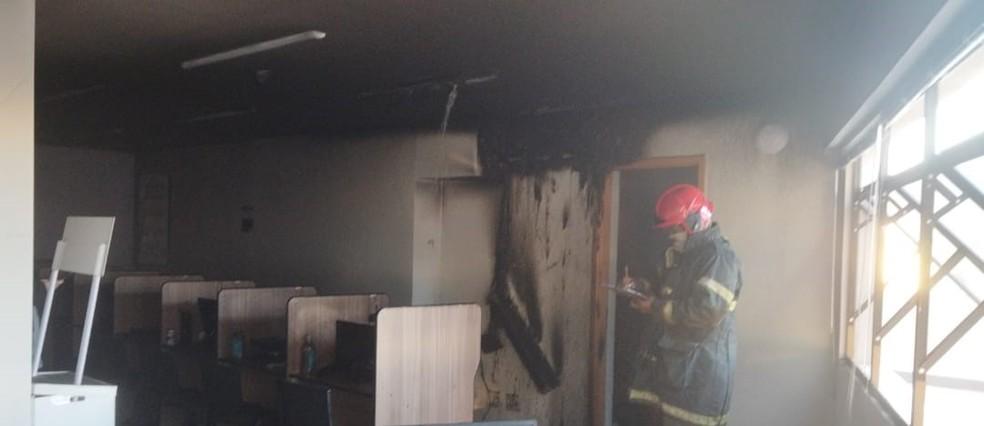 Sala ficou danificada após incêndio — Foto: Corpo de Bombeiros - MT