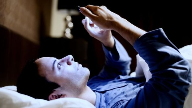 Usar celular, computador e TV próximo da hora de dormir afasta o sono (Foto: Getty Images via BBC)
