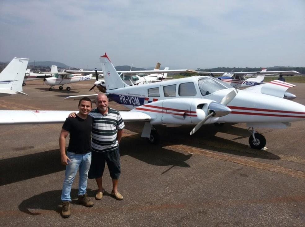 Gabriel e o pai, antes de sobrevoar o céu de Campo Grande (MS). — Foto: Gabriel Peixoto/Arquivo Pessoal