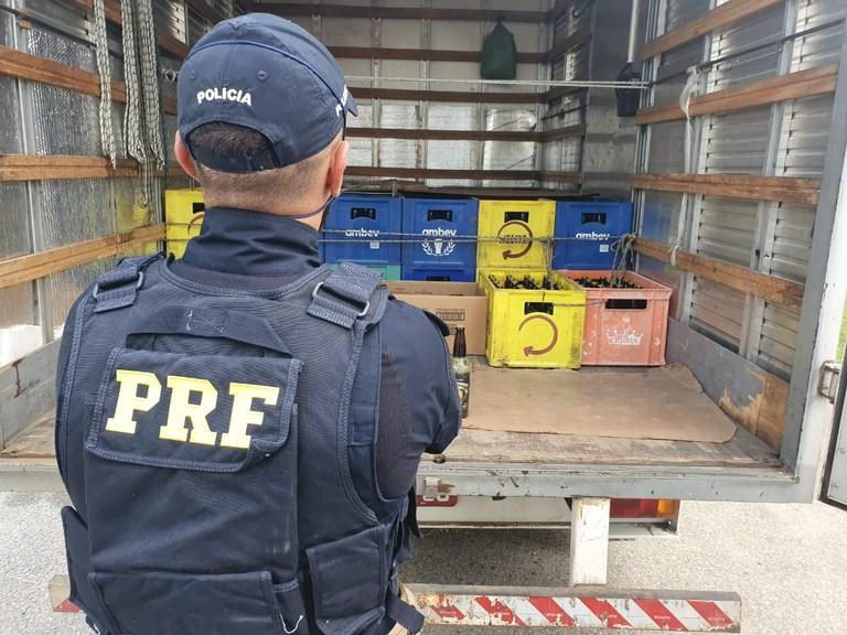 PRF apreende 1,2 mil garrafas de bebida alcoólica sem nota fiscal na Fernão Dias em Atibaia