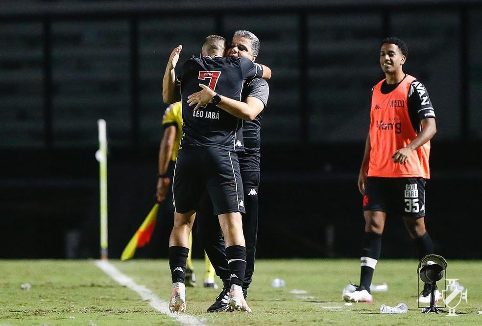 Léo Jabá comemora gol do Vasco com Marcelo Cabo — Foto: Rafael Ribeiro/Vasco