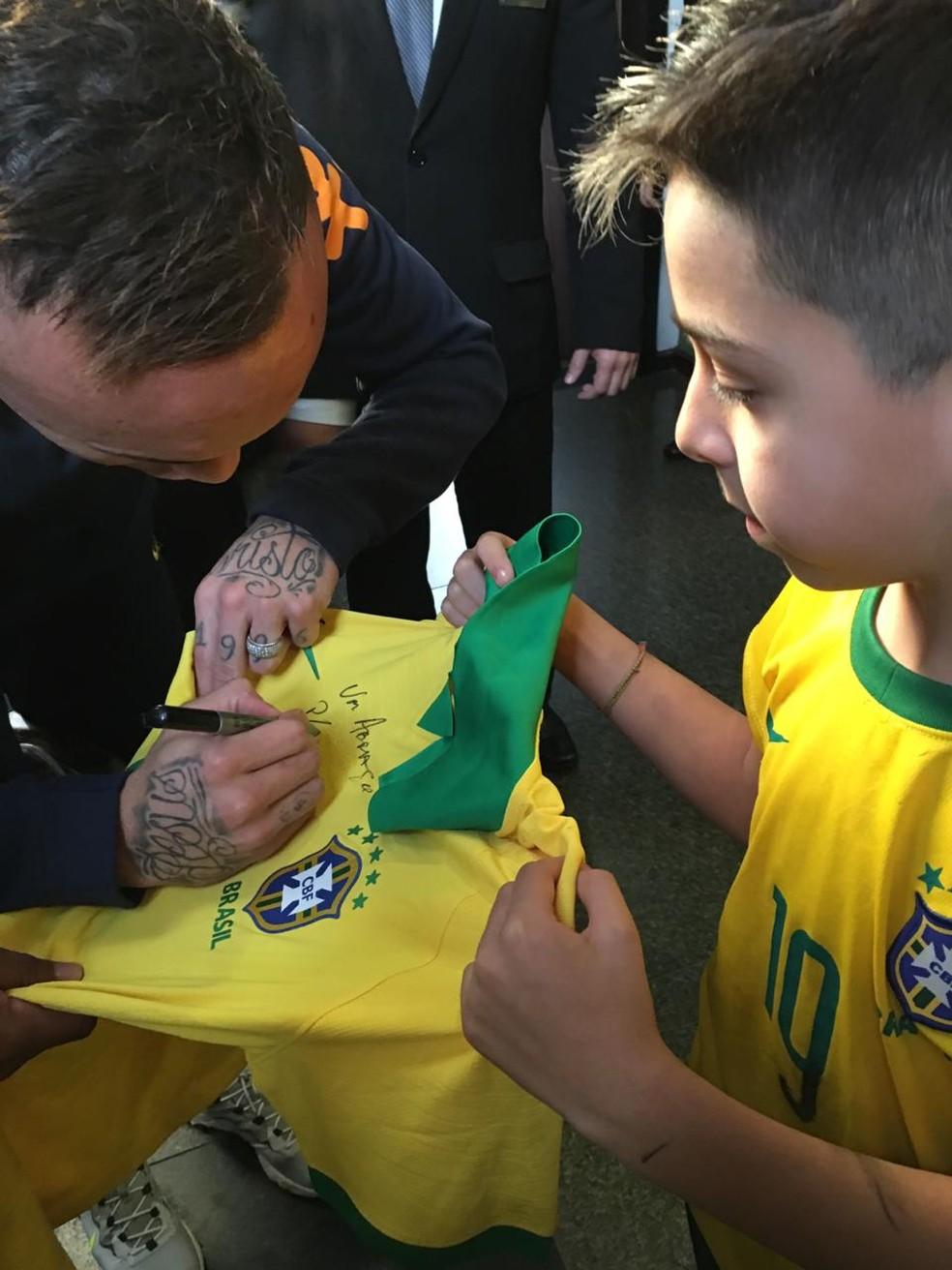 Everton assina camisa nova para Victor Henrique — Foto: Arquivo pessoal
