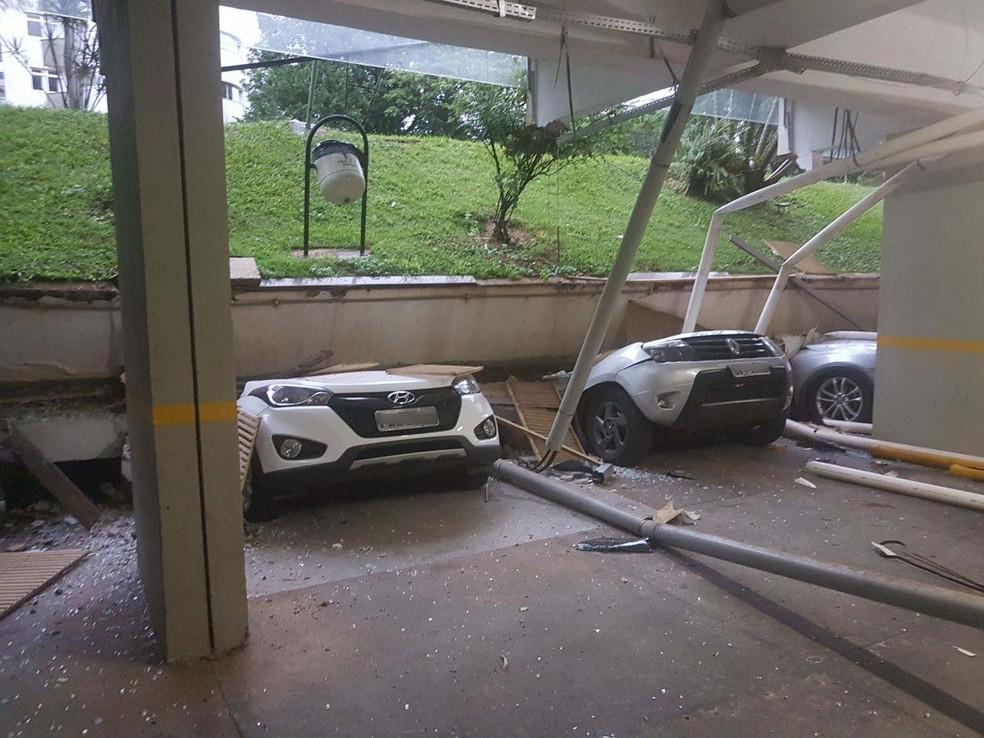 Carros são esmagados após piso ceder em bloco na 210 Norte, em Brasília  (Foto: Corpo de Bombeiros/Divulgação)