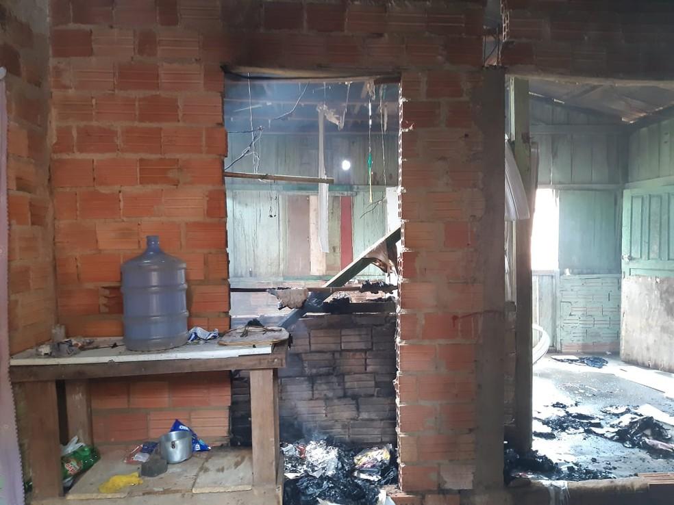 Casa de Cátia foi incendiada por moradores na Zona Sul de Porto Velho — Foto: Maríndia Moura/Rede Amazônica