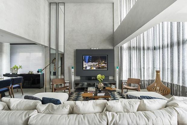 Reforma traz tons de cinza e toque masculino a apartamento em Curitiba (Foto: Daniel Katz)