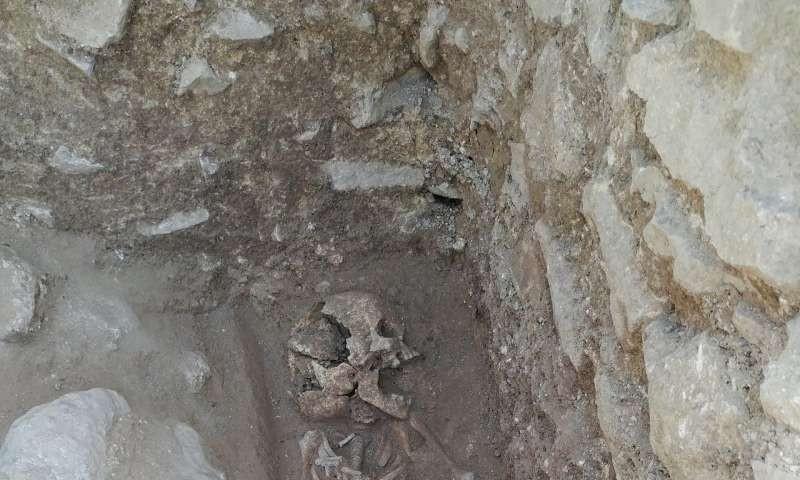 Na região do cemitério, moradores passaram a chamar a descoberta de 'vampiro' (Foto: Universidade de Stanford)