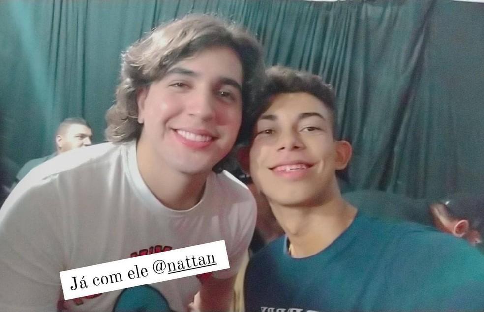 O maranhense Bruno Silva e o cantor Nattan nos bastidores do show realizado em Vitorino Freire (MA) — Foto: Divulgação/Redes sociais