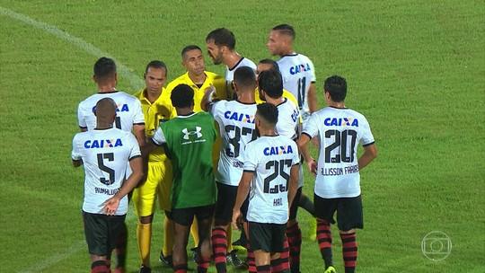 Arbitragem é cercada por jogadores do Sport, que cobram pênalti, no fim do jogo com Santa
