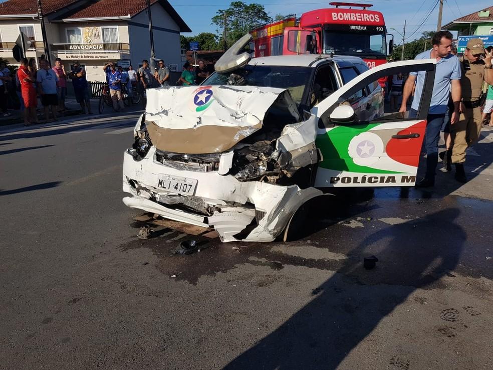 Viatura da PM após acidente em Itapoá (Foto: Corpo de Bombeiros/Divulgação)