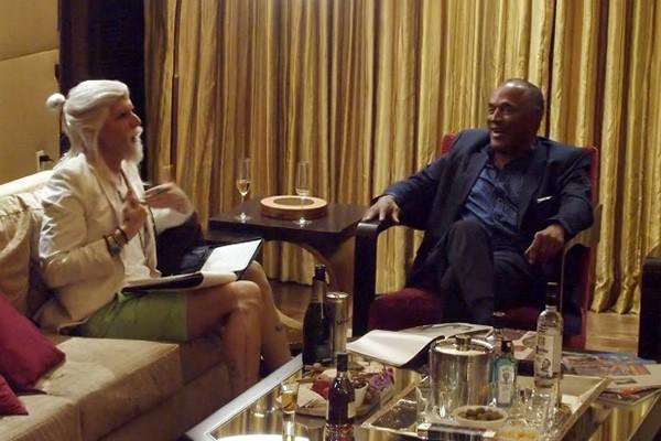 Sacha Baron Cohen disfarçado para o programa 'Who Is America?' com O.J. Simpson (Foto: Divulgação)