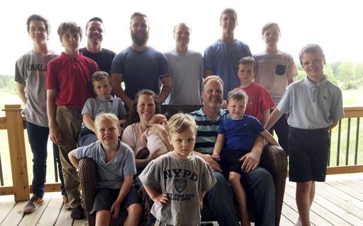 """Mãe de 14 meninos, finalmente dá à luz uma menina: """"Melhor presente"""""""