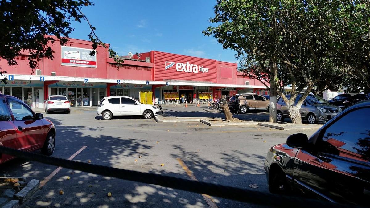 Clientes e funcionários são feitos reféns durante assalto a supermercado em Cabo Frio, no RJ