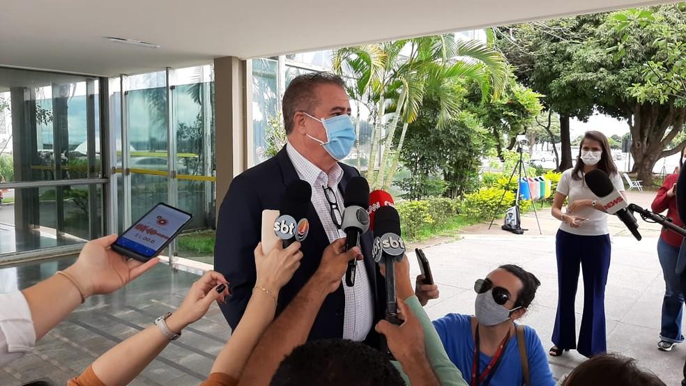O presidente da Frente Nacional de Prefeitos, Jonas Donizete, falou com jornalistas após reunião com o ministro Eduardo Pazuello, da Saúde — Foto: Luiz Felipe Barbiéri/G1